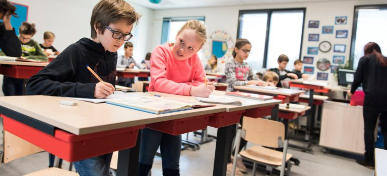 Jong Geleerd: experiment met zit/sta-tafeltjes op Leidse basisschool